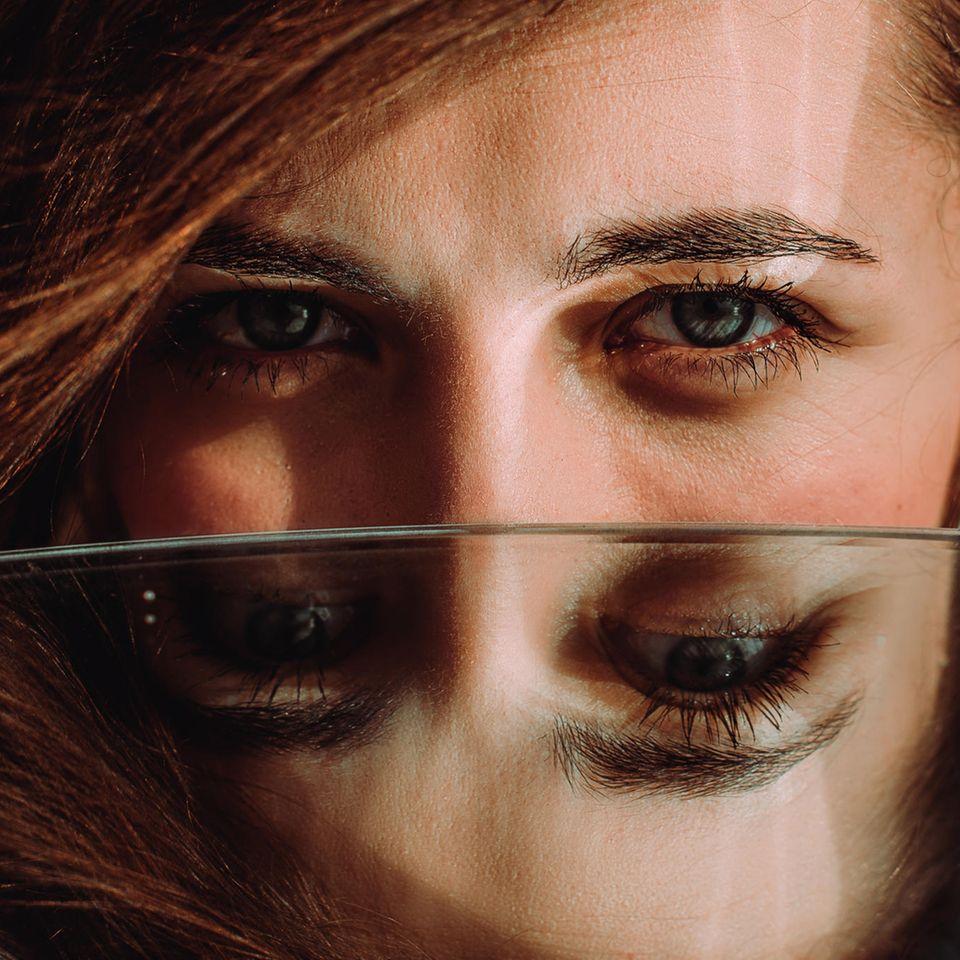 Psychologie: Frau spiegelt sich