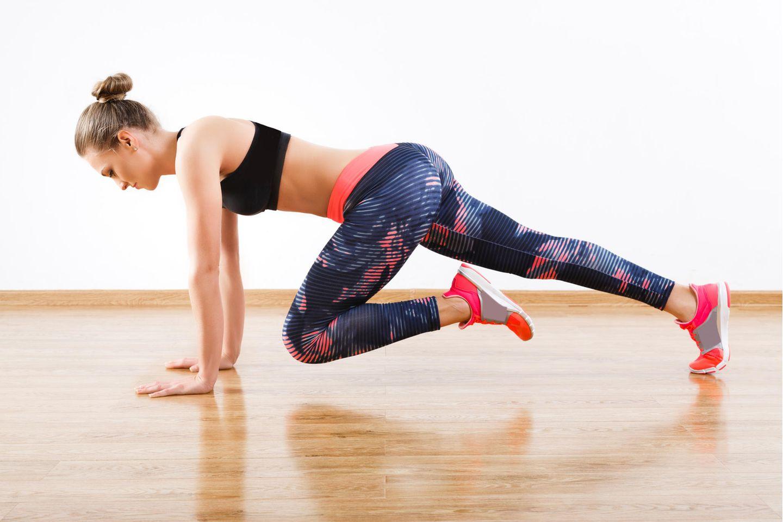 Planking: Frau bei Ellbow Leg Plank