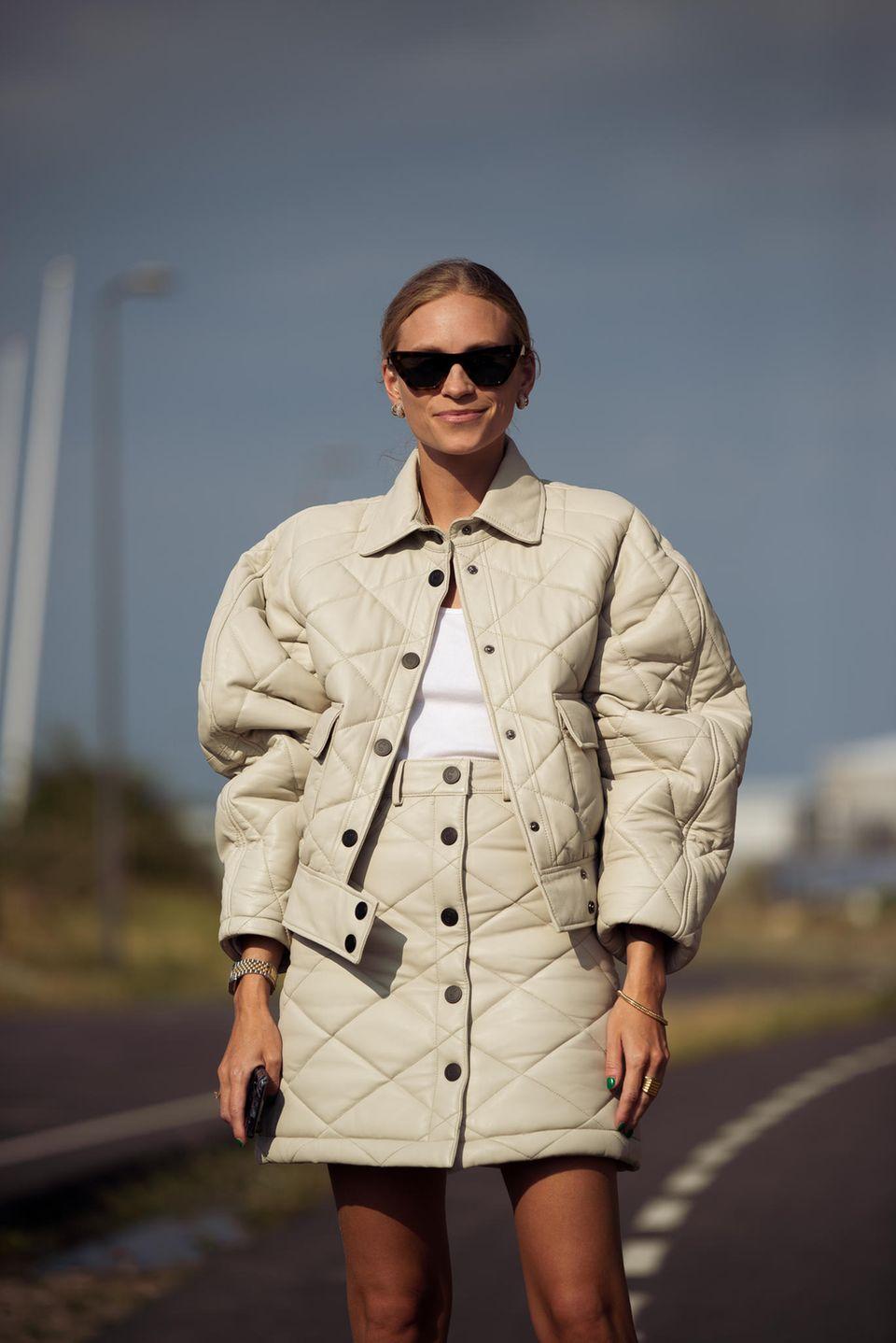 Stepprock: Frau trägt einen beigen Rock mit Steppmuster