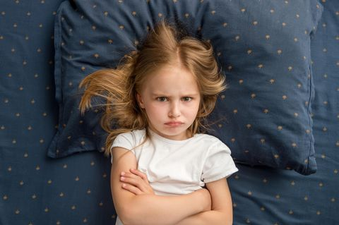 Ein Mädchen hat eine Krone auf dem Kopf und stützt die Hände in die Hüfte.