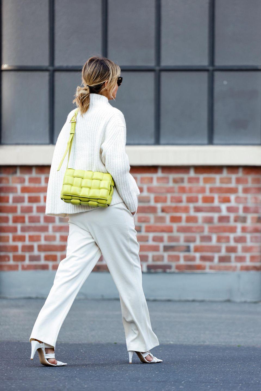 Stepptasche: Frau trägt eine zitronengelbe Stepptasche