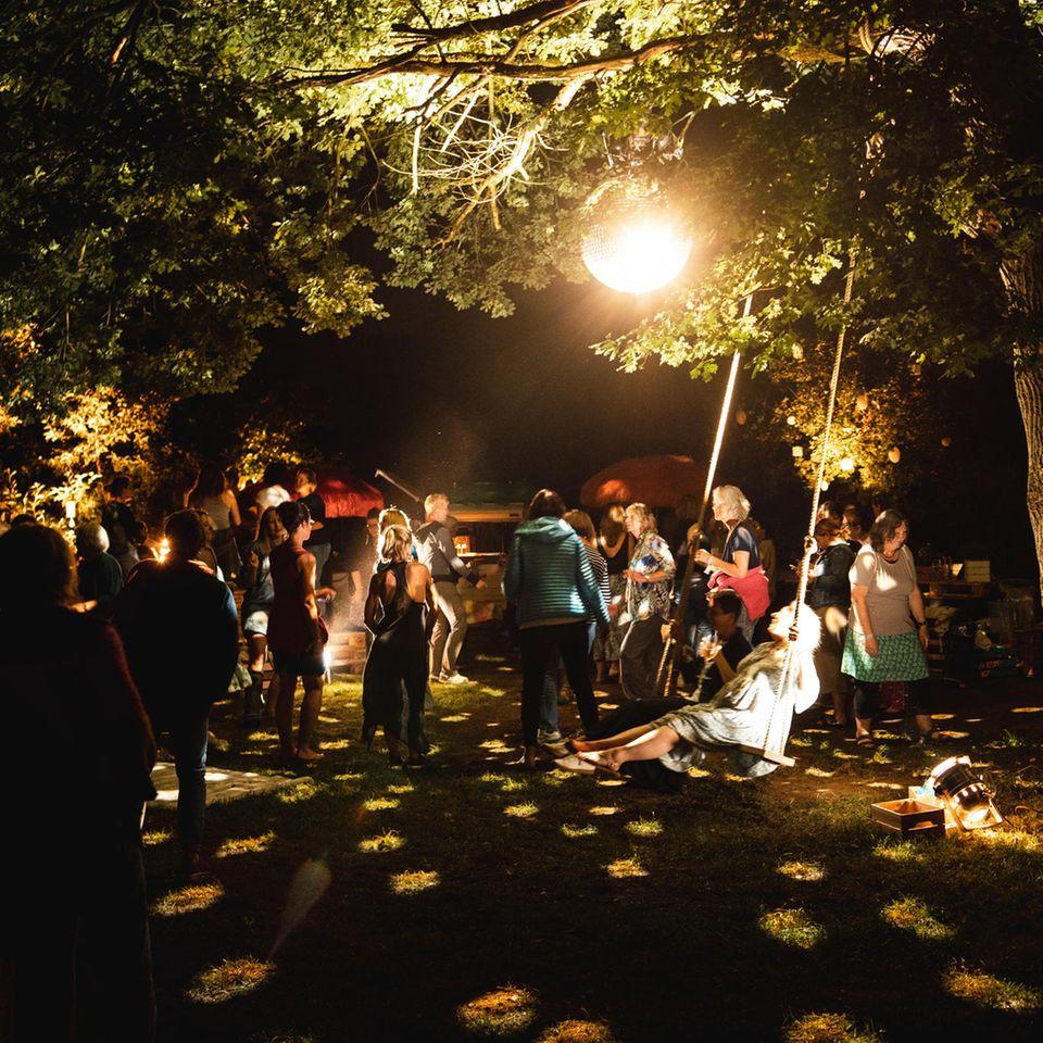 Unter der glitzernden Diskokugel durfte auch gefeiert werden.