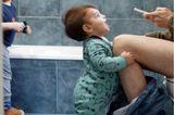 Postpartum Unfiltered: Mutter und Kind im Badezimmer