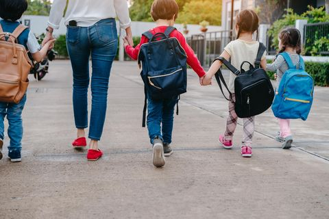 Elterntypen: Mutter hält Kinder an der Hand