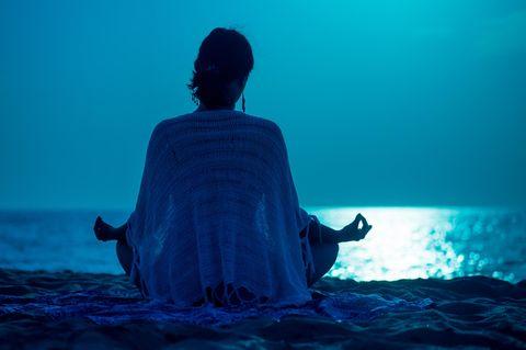 Horoskop: Eine Frau meditiert
