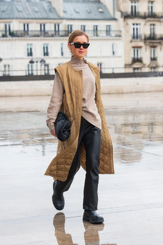 Steppmantel: Frau trägt eine hellbraune lange Weste in Stepp-Optik