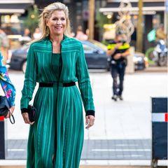 Obwohl wir bereits fast jede Farbe des Regenbogens an Königin Máxima gesehen haben, überrascht sie uns auch weiterhin mit neuen Looks – wobei das Atlantis-Kleid von Zeus + Dione eigentlich keine neue Errungenschaft von Máxima ist, bisher hat aber noch keiner diesen Wow-Look entdeckt. Bereits 2017 trug sie das smaragdgrüne Kleid zu den8. LOEY Awards, damals allerdings noch mit flachen Slippern. Die Kombination mit Strap-Sandalen und eleganter Clutch passt da viel besser zusammen.
