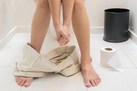 Toiletten-Gedanken, die jede Mama kennt: Frau sitzt auf dem Klo