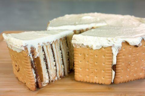 Nutella-Butterkeks-Kuchen: Ein Kuchenstück im Anschnitt zeigt die leckere Füllung