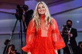 In Knallrot schreitet Kate Hudson elfengleich in einer Robe von Valentino über den Red Carpet. Die Nägel sindim gleichen Farbton gehalten und die Haare in leichte Wellen gelegt.