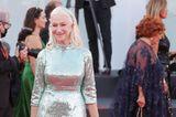 Bei den Filmfestspielen in Venedig darf natürlich eineGrande Dame des Filmgeschäfts nicht fehlen: Helen Mirren. Die 76-Jährige wählt für die Eröffnung des Events eine funkelndeMetallic-Robe von Dolce & Gabbana.