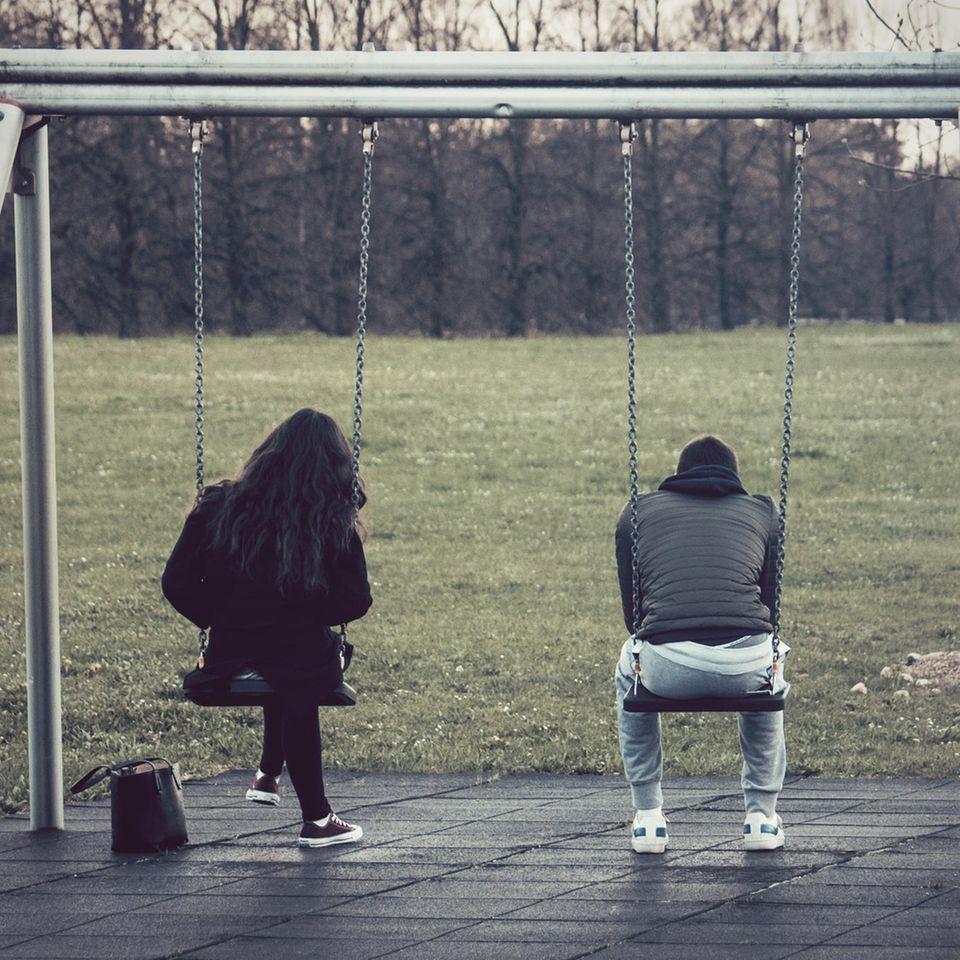 Psychologie: Ein unglückliches Paar auf der Schaukel