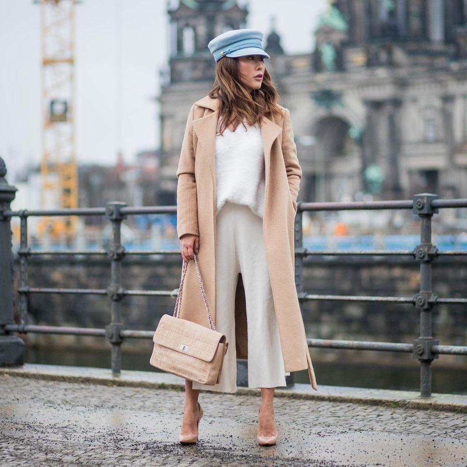 Cashmere-Mode: Frau trägt einen Mantel und einen Pullover aus Cashmere