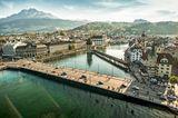 Luzern  An sich ist die ganze Gemeinde Luzern ein einziges optisches Spektakel. Wer aber eine ganz besonders schöne Sicht auf die Stadt in der Zentralschweiz gewinnen möchte, sollte sich zweiAusflüge gönnen: eine Bahnfahrt auf den Pilatus und eine Schifffahrt über den Vierwaldstättersee.