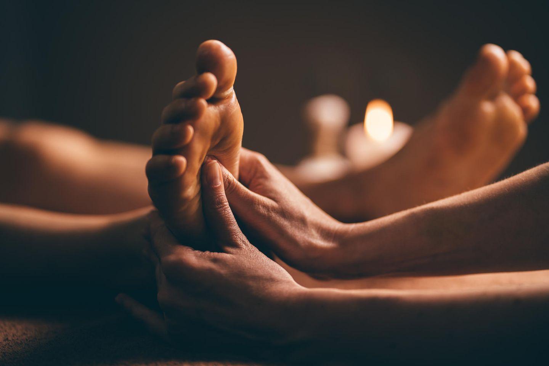 Fußreflexzonenmassage: Füße werden massiert