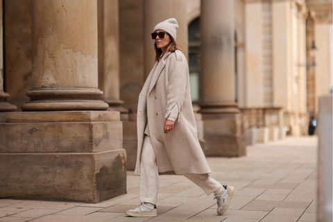 Mantel: Frau trägt einen beigen Wollmantel