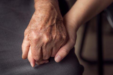 116-Jährige aus der Türkei überlebt Corona-Infektion: Zwei Hände, die sich festhalten