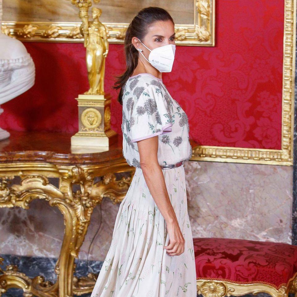 Beim Essenzu Ehren des chilenischen Präsidenten trägt Königin Letizia ein Kleid, das wir zuvor noch nie an ihr gesehen haben, dafür anihrer Schwiegermutter KöniginSofía. 40 Jahre ist das jetzt her, mit ein paar Styling-Tricks ist das Vintage-Kleid aber wieder top modern.