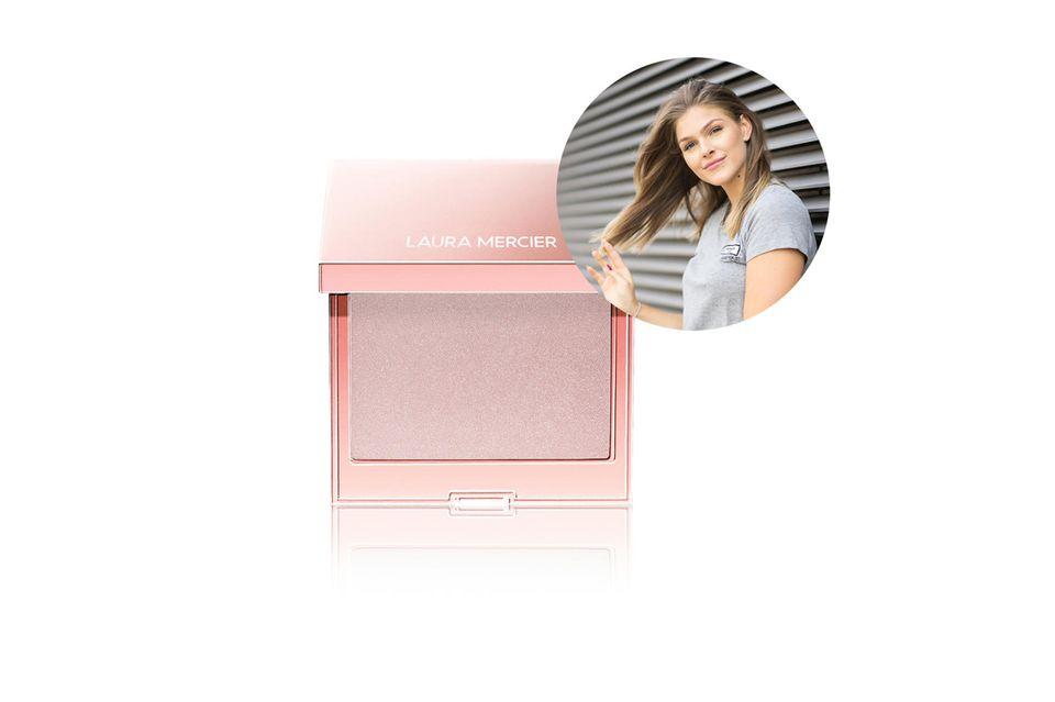 Mode- und Beauty-Redakteurin setzt auf einen natürlichen Glow mit dem Roseglow Highlighter von Laura Mercier.