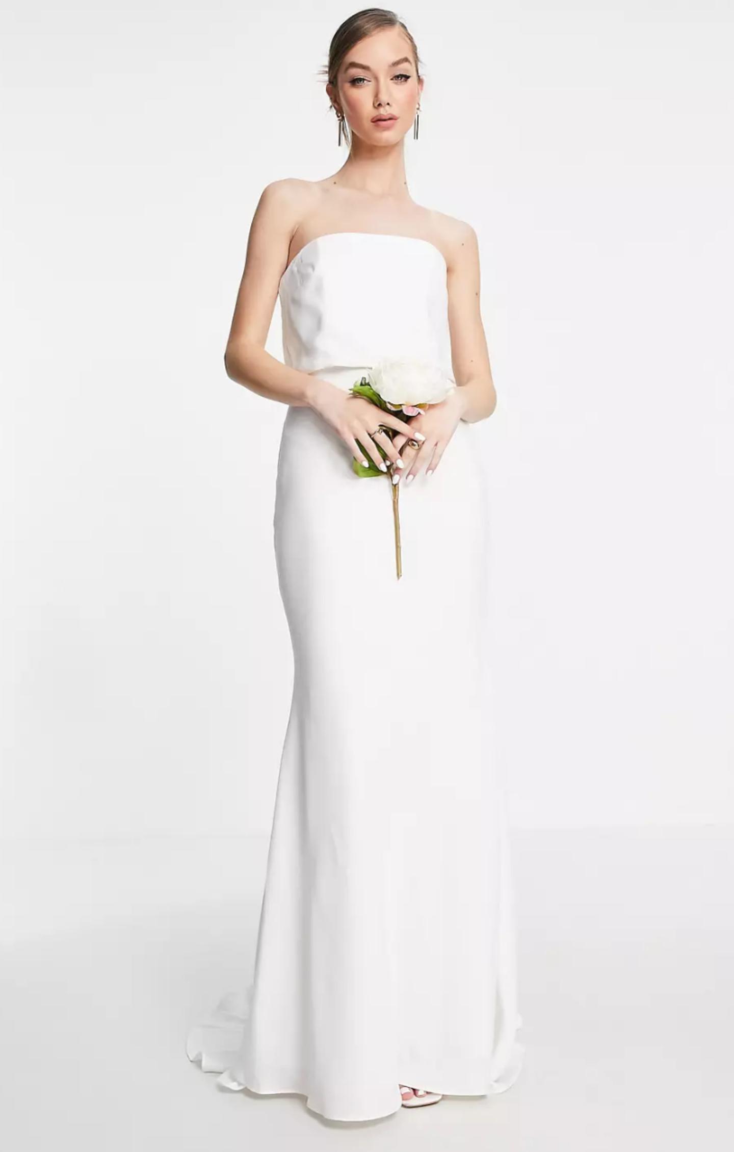 Ein Model präsentiert ein Off-Shoulder-Brautkleid.