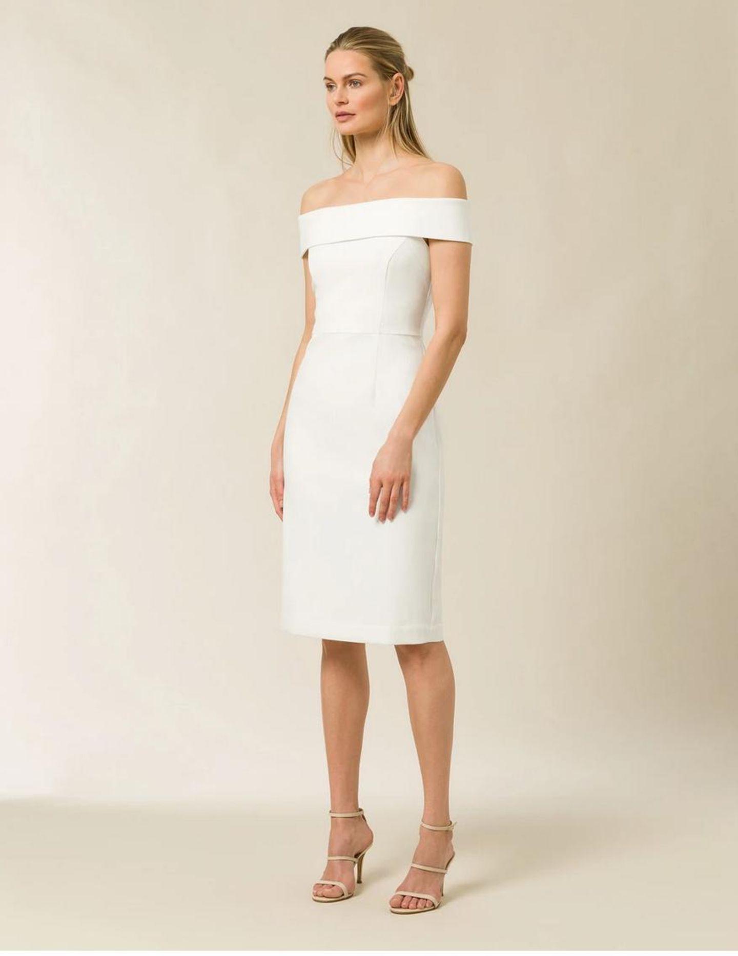 Ein Model präsentiert ein Hochzeitskleid.