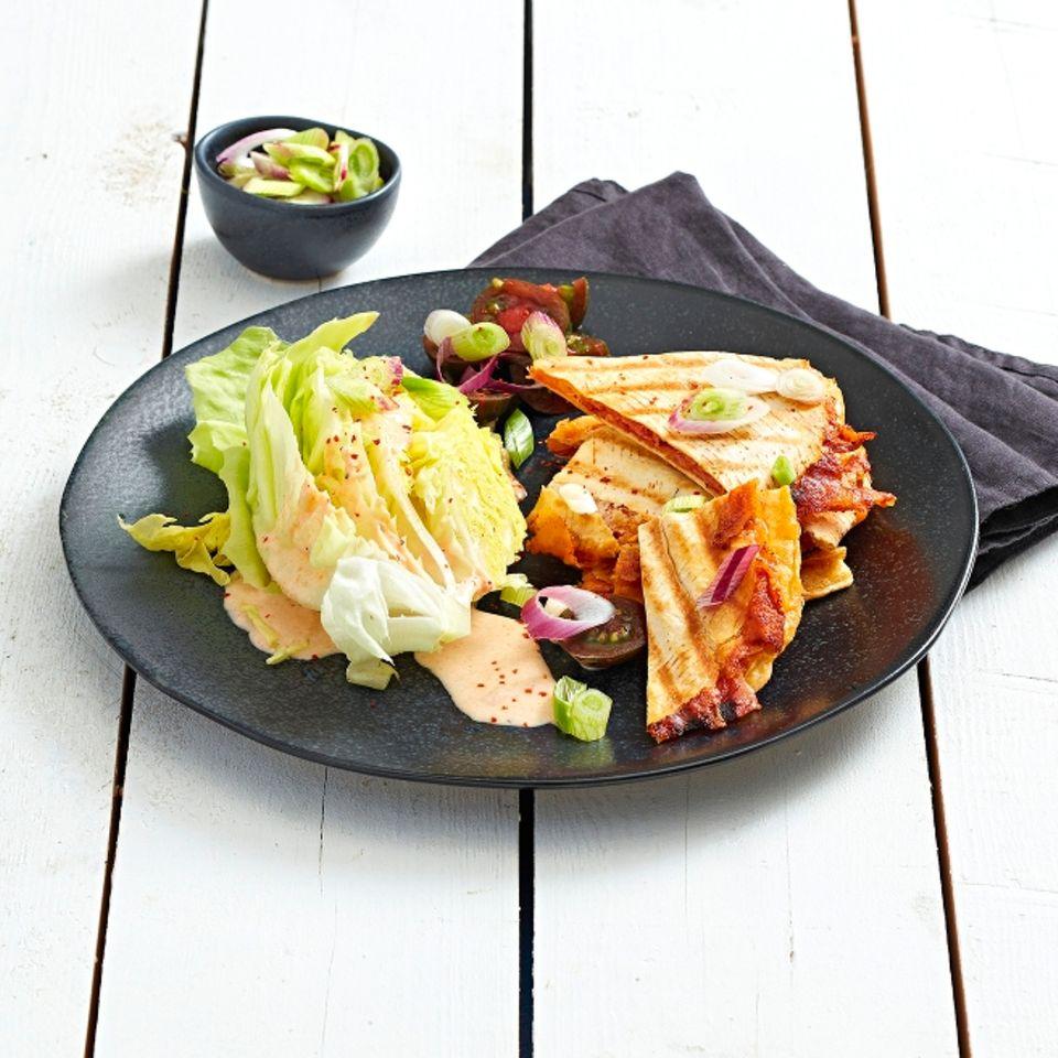Kopfsalat mit Quesadillas
