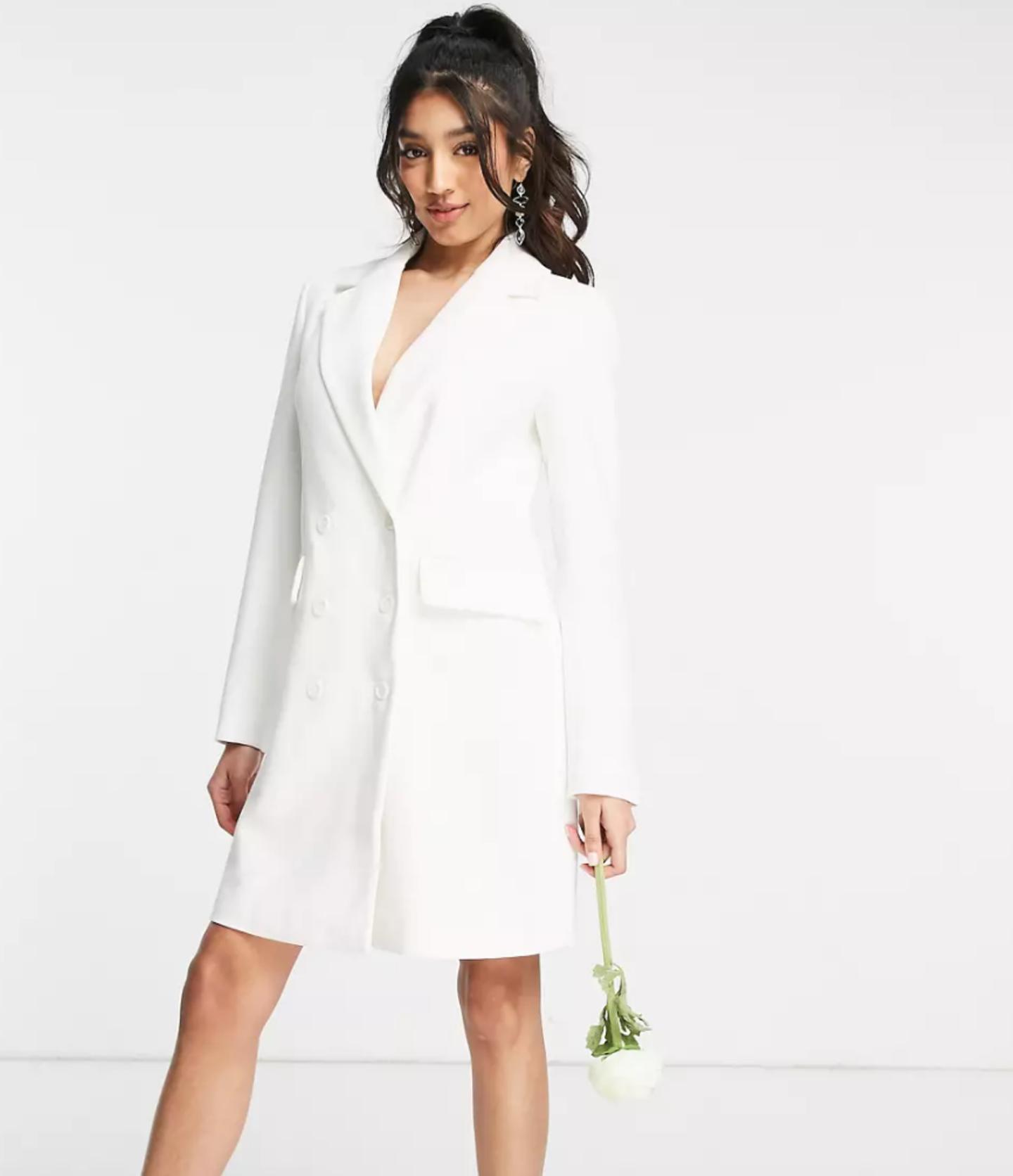 Eon Model präsentiert ein Brautkleid.