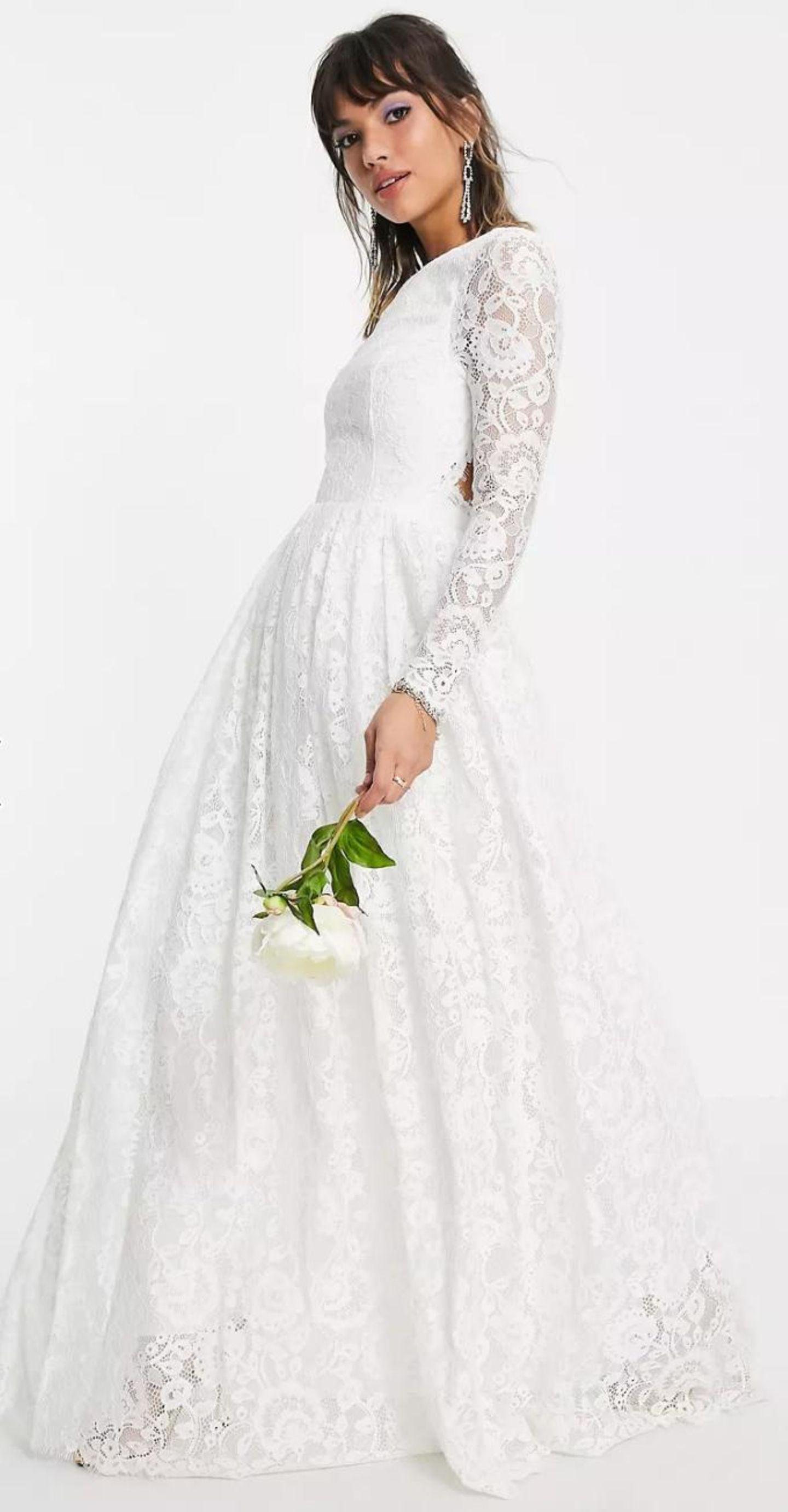 Keine Sorge, ein Hochzeitskleid kann sowohl klassisch als auch sexy sein, wie dieses Modell zeigt. Während das Kleid vorne hochgeschlossen geschnitten ist, lässt es am Rücken etwas tiefer blicken. Abgerundet wird das Kleid durch seine grobe Spitze und den leicht ausgestellten Rock.  Kleid aus grober Spitze von ASOS, um 185€.