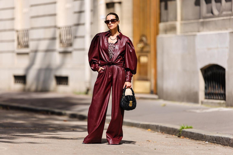 Lederhose: Frau trägt eine rote Lederhose mit ausgestelltem Bein