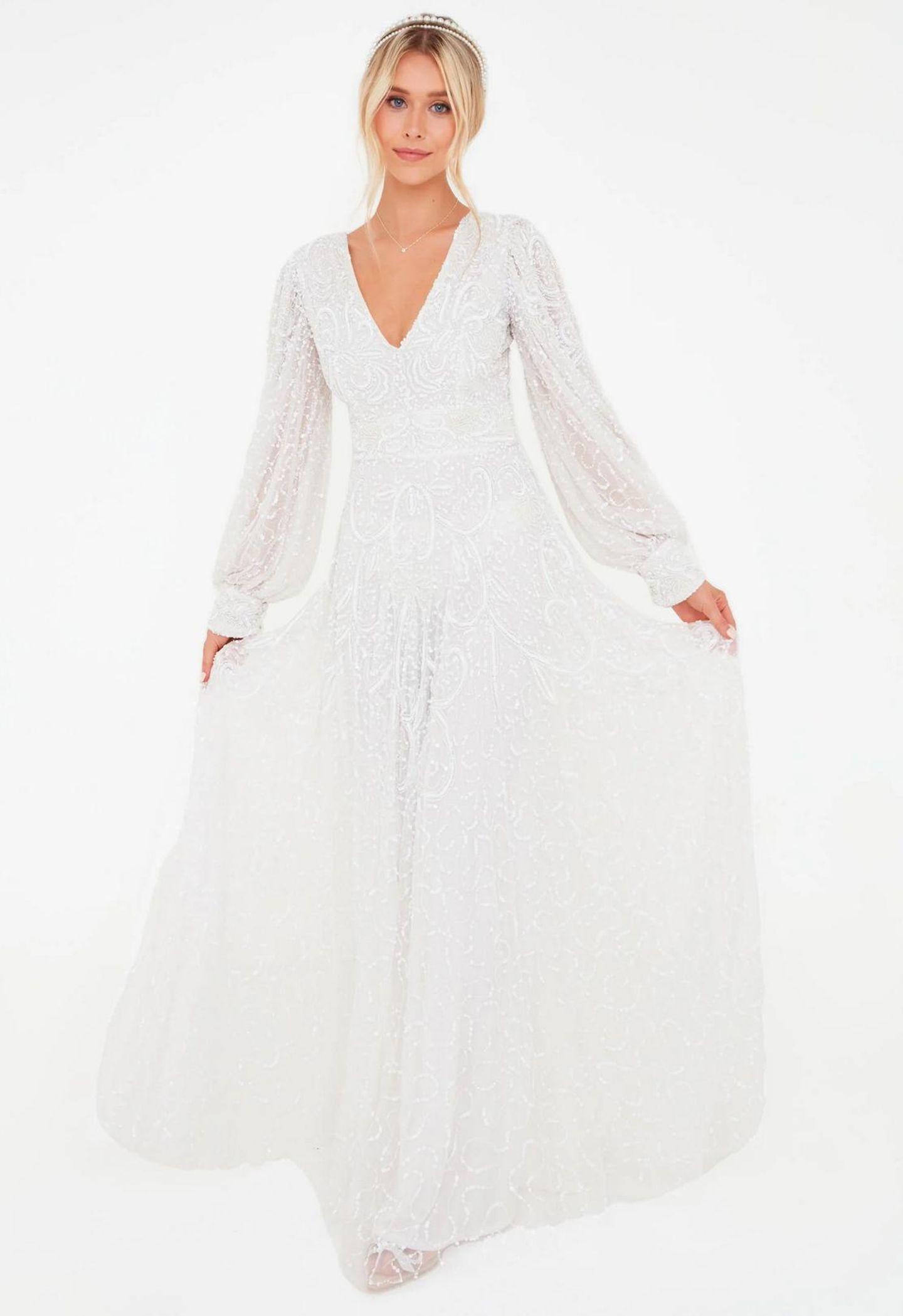 Ein Model präsentiert ein Brautkleid.