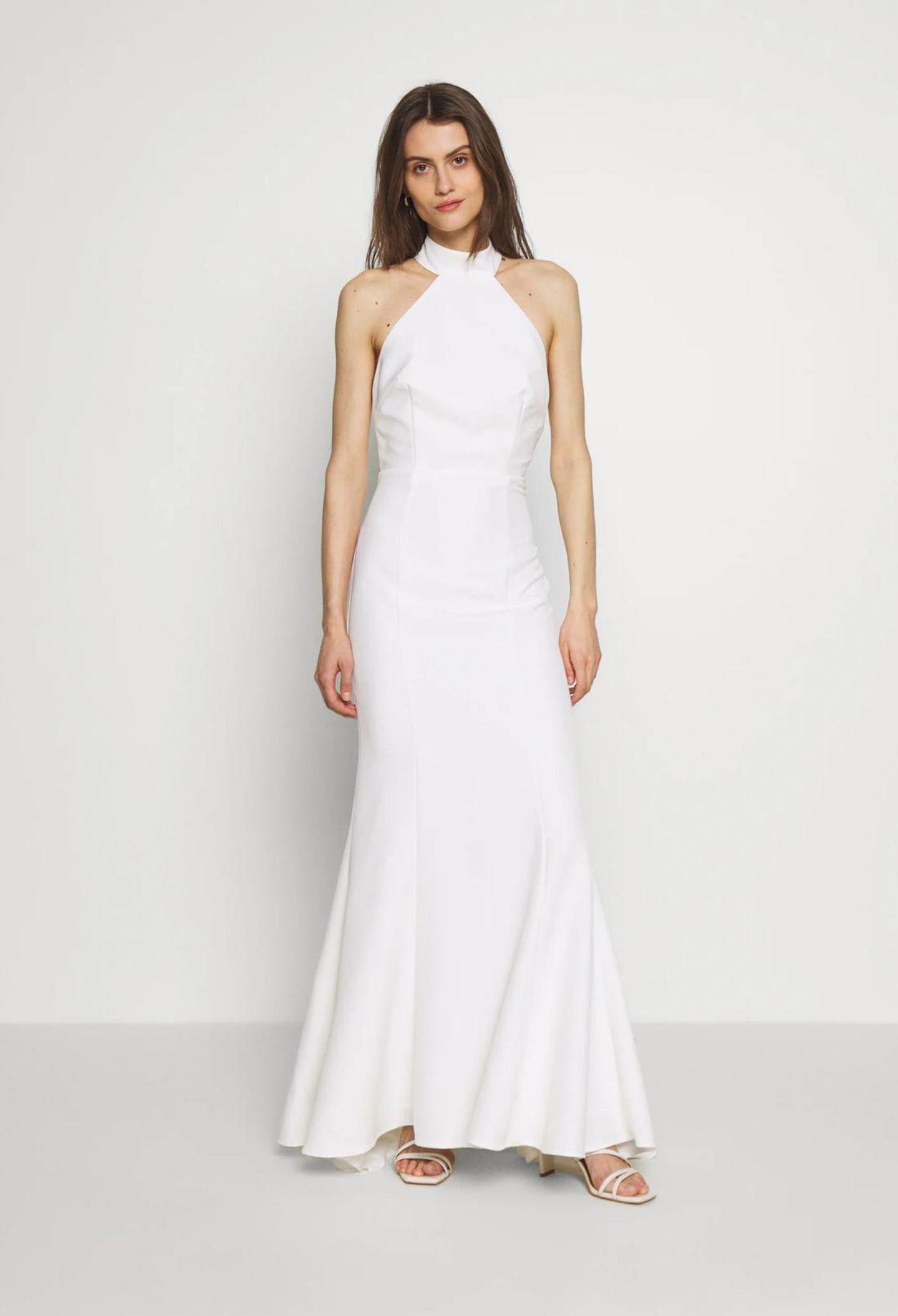 Ein Model präsentiert ein Neckholder-Brautkleid.