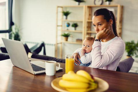 Mütter sind während der Pandemie deutlich häufiger überfordert.
