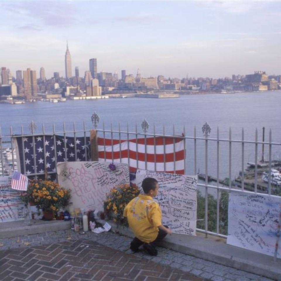 Kleiner Junge gedenkt an Opfer des 9/11 Anschlags in New York