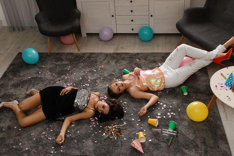 Party-Erfahrungen: Erschöpfte Gäste liegen im Party-Chaos auf dem Boden