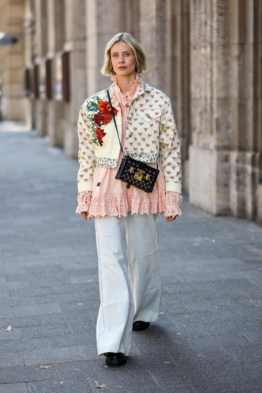 Geblümte Jacke: Frau trägt eine kurze Jacke mit Blumenmuster