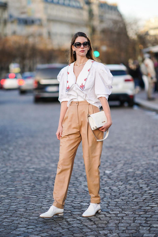 Bluse mit Blumenmuster: Frau trägt eine geblümte Bluse
