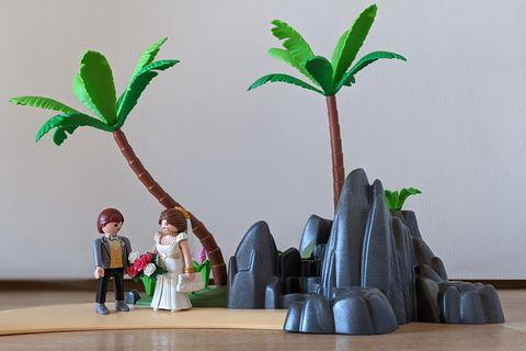 Alleine heiraten: Playmobil-Hochzeitspaar auf einer Insel
