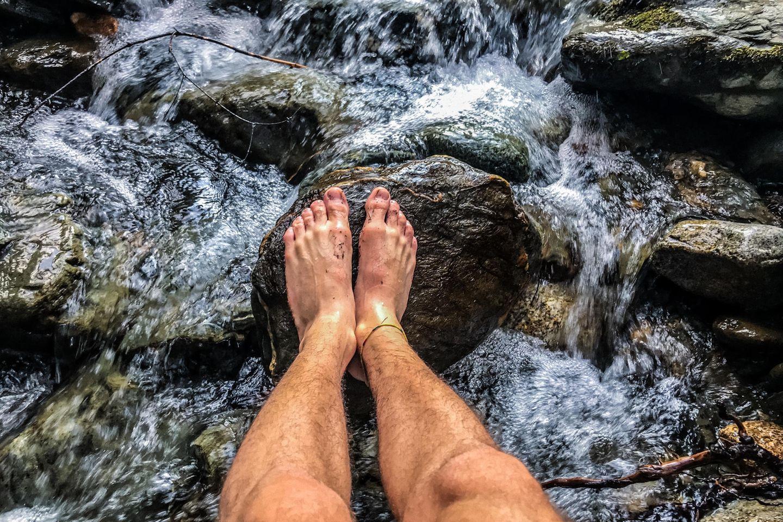 Kneipp-Kur: Beine im Wasser