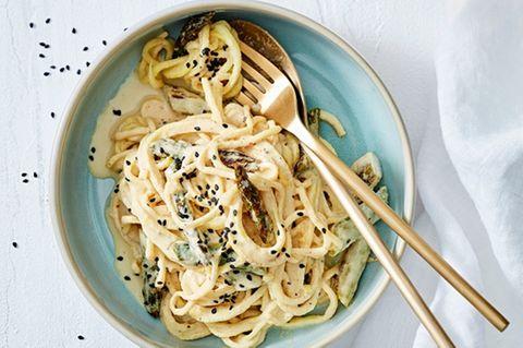Sellerie-Spaghetti mit Cashewsoße