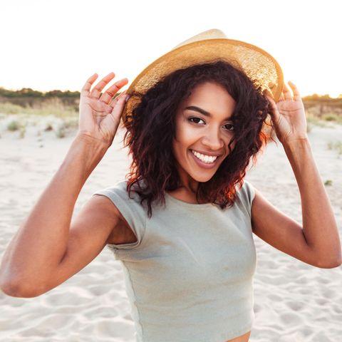 Junge Frau ist alleine und glücklich am Strand