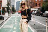 Dass ein cooler Look nicht viel Farbe brauch, zeigt diese Bloggerin in New York. Durch besondere Schnitte und Hingucker-Schuhe mit Zebra-Muster macht sie einen eher schlichten Look aufregend.