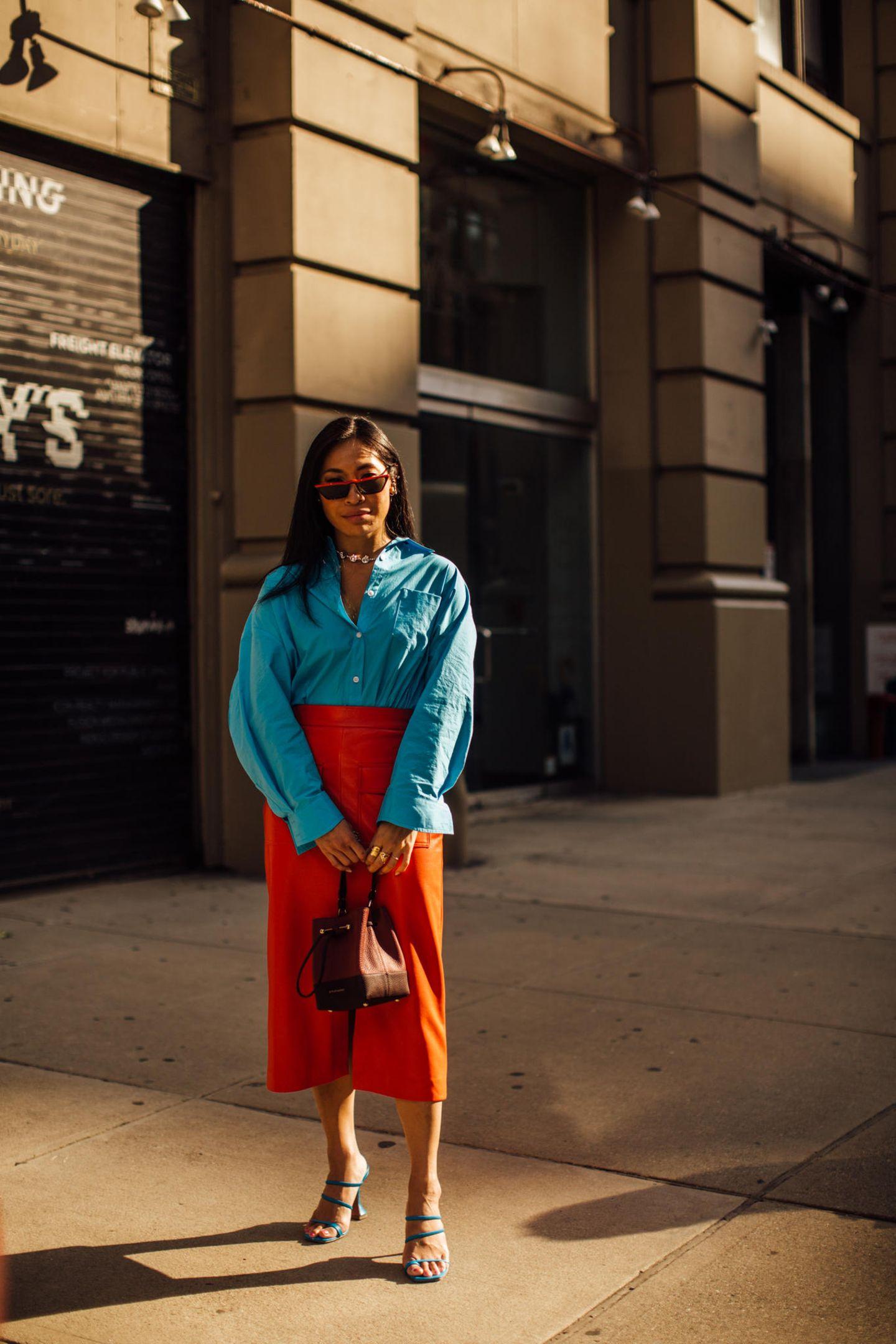 Auf den Straßen New Yorks war Color-Blocking mal wieder ein großes Thema. Die erfrischende Kombi aus Türkis und Orange macht direkt gute Laune!
