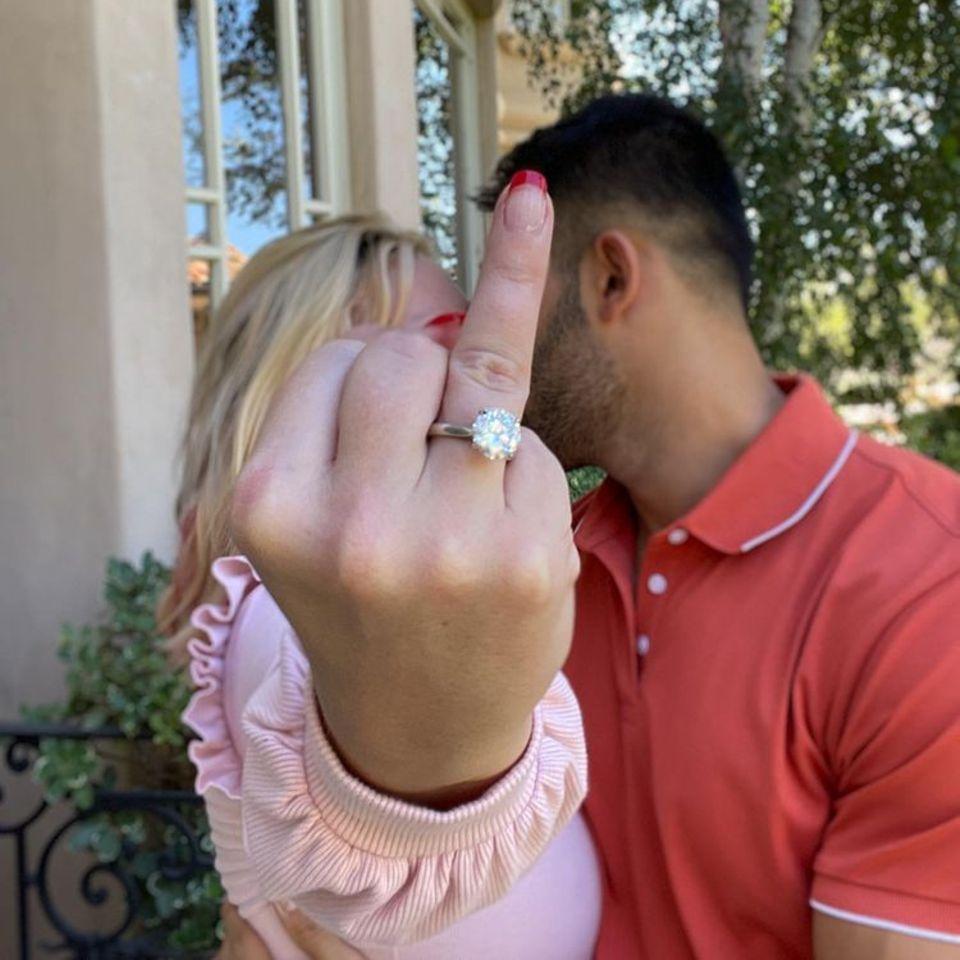 """Nach vier Jahren Beziehung haben sich Britney Spears und SamAsghari verlobt. Auf Instagram postet Asghari dieses Foto der beiden.Bereits vor einiger Zeit soll er beim Ring-Shopping bei Cartier in Beverly Hills gesichtet worden sein, entschieden hat er sich dann aber doch für ein Schmuckstück vonRoman Malayev. Auf der Innenseite soll das Wort """"Löwin"""" eingraviert sein – so lautet der Spitzname von Asghari für seine Verlobte. Laut Medienberichten soll der Klunker etwa 70.000 Dollar (circa 60.000 euro)wert sein."""