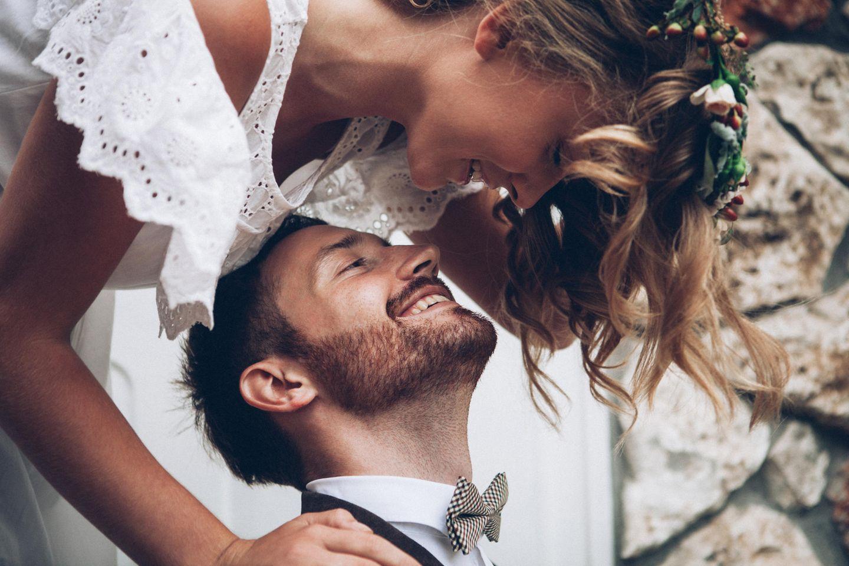 Brautpaar schaut sich verliebt an