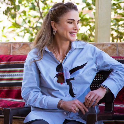 Königin Rania von Jordanien überrascht mit ihrer Kleiderwahl bei der Wanderung entlang des Jordan-Trails im gleichnamigen Land: Während sie untenrum auf eine funktionale Hose und Trekking-Stiefel von Salomon setzt, trägt sie als Oberteil eine elegante blaue Bluse, die auf Brusthöhe mit einem großen Kolibri bestickt ist. Als stylisches Accessoires wählt sie eine Sonnenbrille von Saint Laurent.