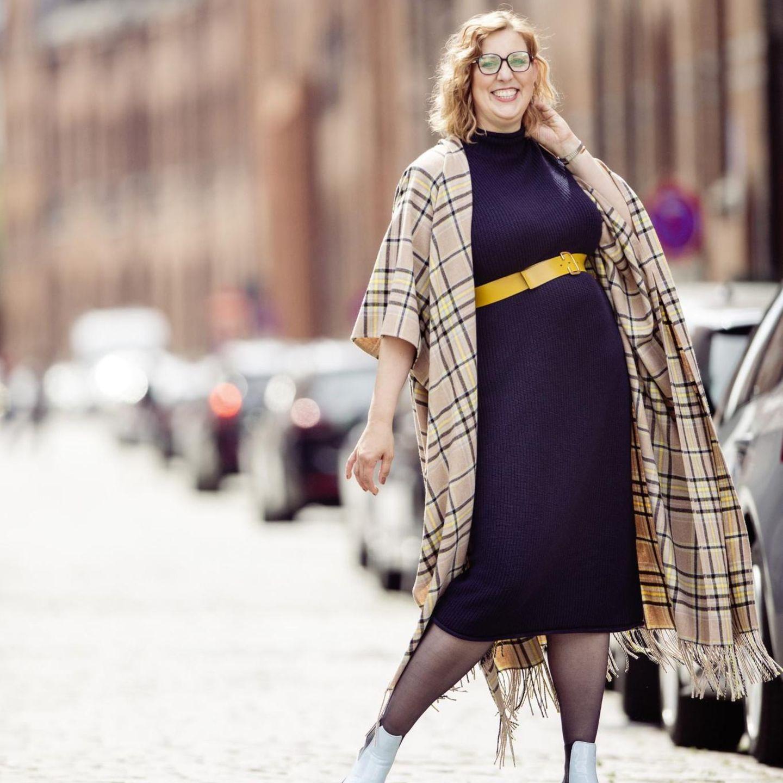 Style Challenge: Strickkleid mit Poncho und gelben Gürtel