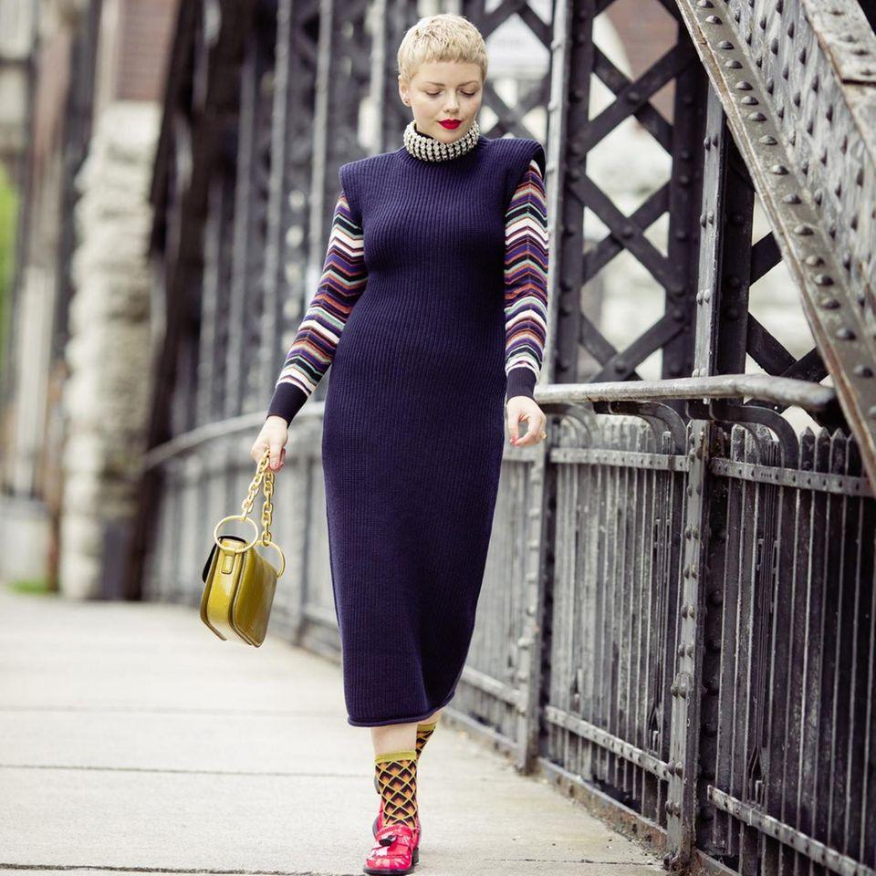 Style Challenge: Strickkleid mit Kringel-Pulli kombiniert