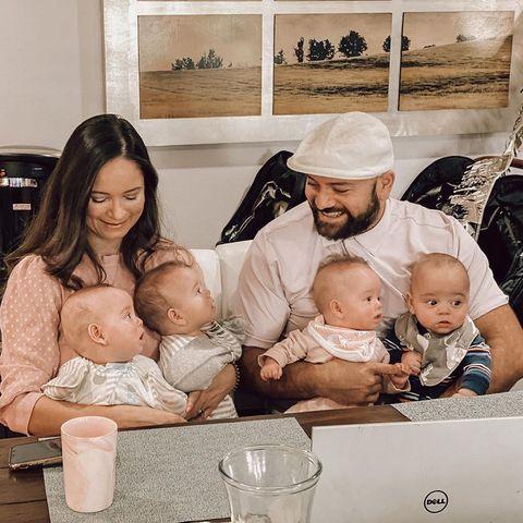 Santina Monreal und ihr Ehemann Adrian halten die vier Kinder auf dem Arm.