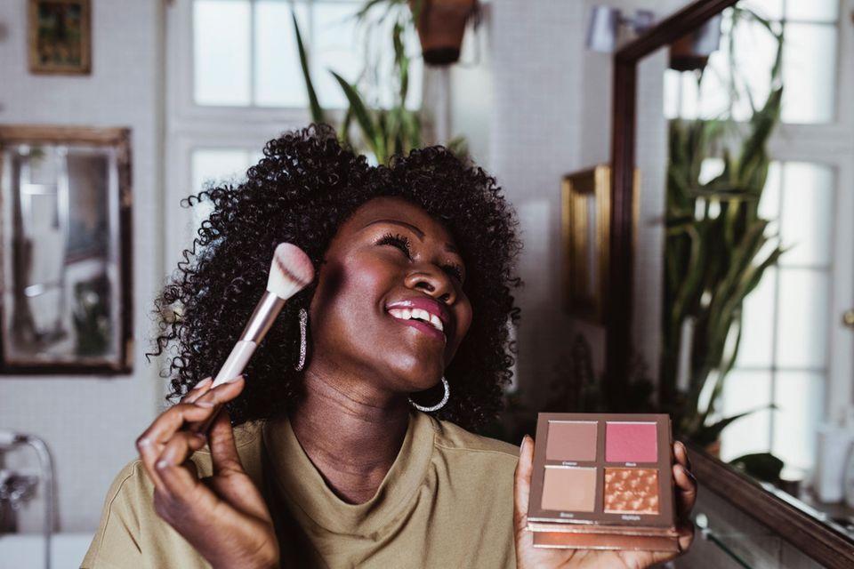Alltags-Make-up: Schöne Frau in ihren 30ern