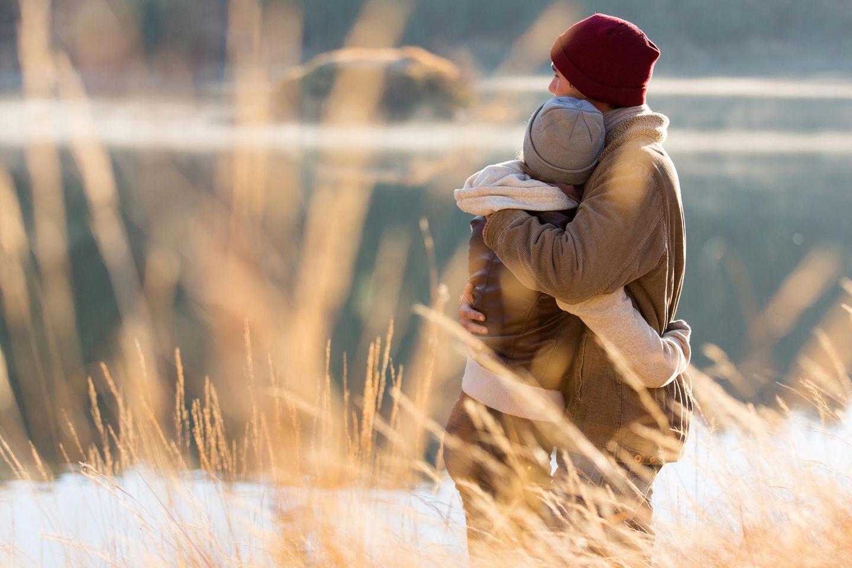 Beziehung: Ein Paar vor einem See